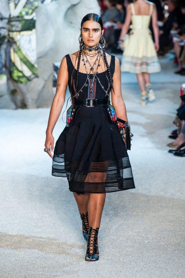 Modelka plus-size Jill Kortleve w pokazie Aexander McQueen SS19