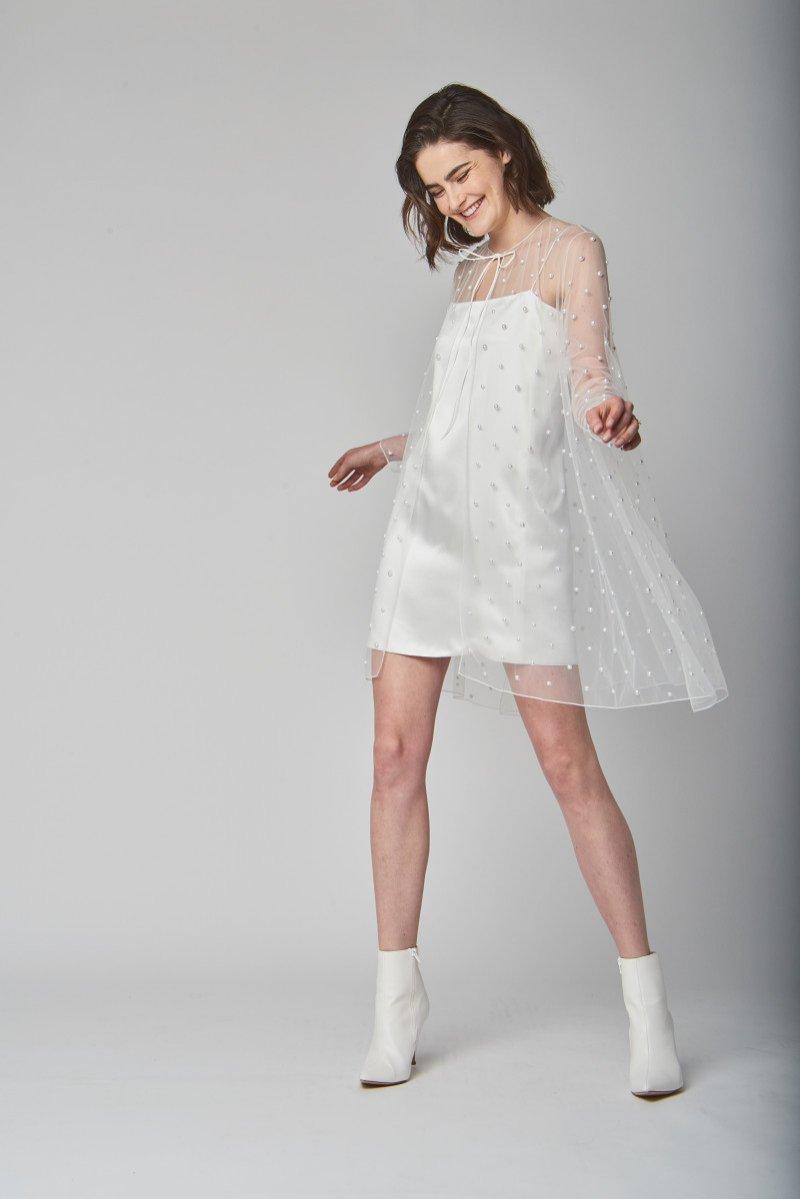 Suknie ślubne wiosna lato 2019 - perłowa mini z peleryną projektu Alexandra Grecco