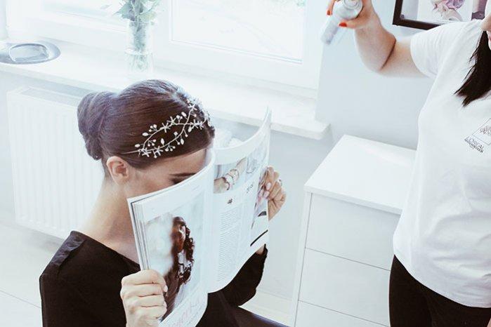 Fryzura ślubna z biżuteryjną aplikacją we włosach, Alexdarg