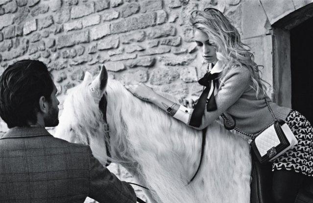 Alice Dellal w kampanii torebek Chanel Boy
