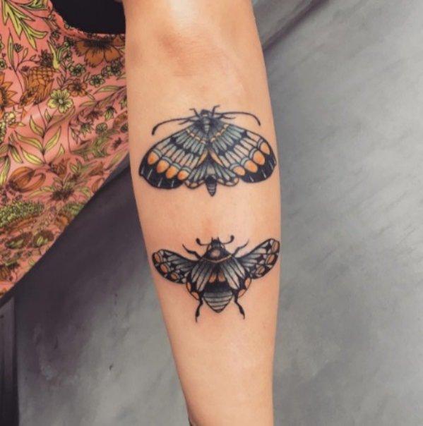 Tatuaż na przedramieniu z motywem owadów