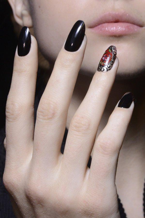 Manicure z pojedynczym zdobionym paznokciem: backstage Antonio Marras
