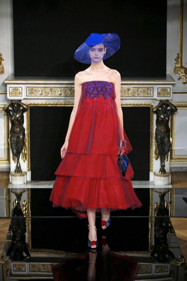Sukienka eksponująca ramiona - Armani Privé haute couture wiosna lato 2019