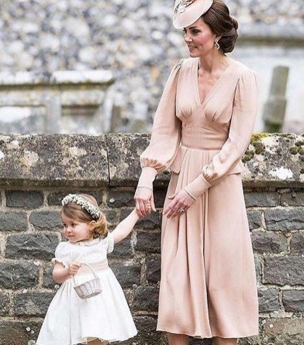 Kate Middelton w kreacji Alexander McQueen z księżniczką Charlotte