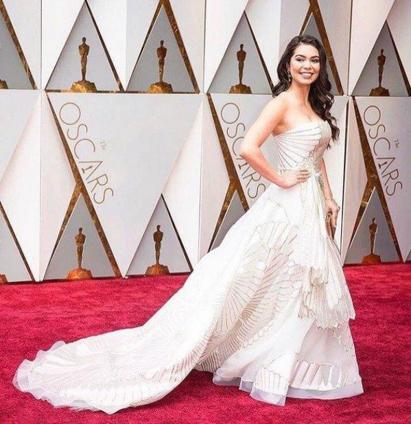 Auli'i Cravalho w białej sukni Rubin Singer