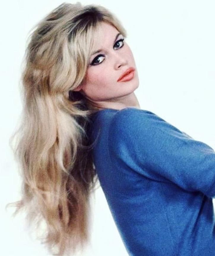 Brigitte Bardot w niebieskim swetrze