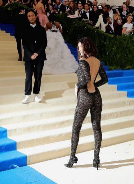 Bella Hadid w kostiumie Alexandra Wanga - MET Gala 2017