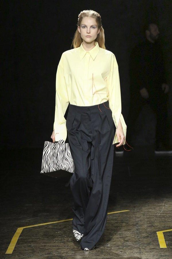 Czarne spodnie - pokaz mody Boss