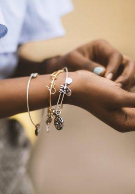 Jakie bransoletki damskie są teraz modne? Przegląd hitów