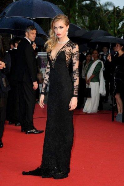 Cara Delevingne w sukni Burberry podczas festiwalu w Cannes 2013