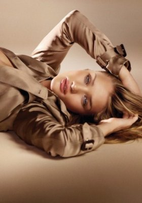 ROSIE HUNTINGTON-WHITELEY PROMUJE NOWY ZAPACHU BURBERRY – BURBERRY BODY