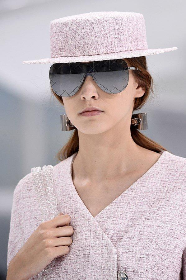Kapelusz w różowym odcieniu na pokazie mody Chanel