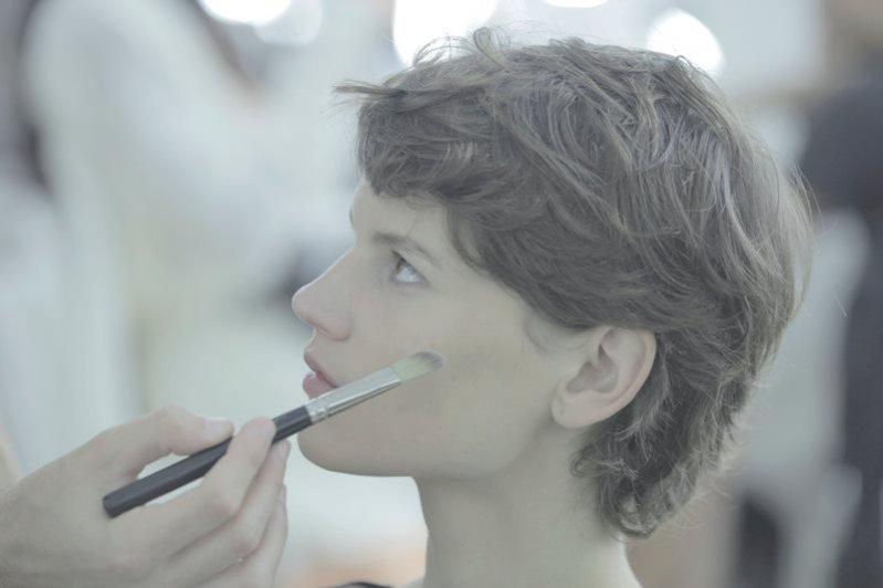 1. kulisy pokazu Chanel - fryzury i makijaże wiosna lato 2015