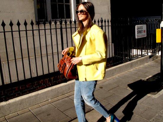 Columbine zna się na bieżących trendach - limonkowa skóra Acne i boyfriend jeans robią wrażenie