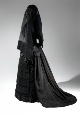 """DEATH BECOMES HER: A CENTURY OF MOURNING ATTIRE"" - JESIENNA WYSTAWA W THE METROPOLITAN MUSEUM OF ART"