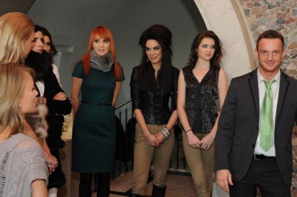 pan Dominik Garczyński - trener kreatywny marki Aloxxi w Polsce z modelkami podczas konferencji dla dziennikarzy z marką Aloxxi