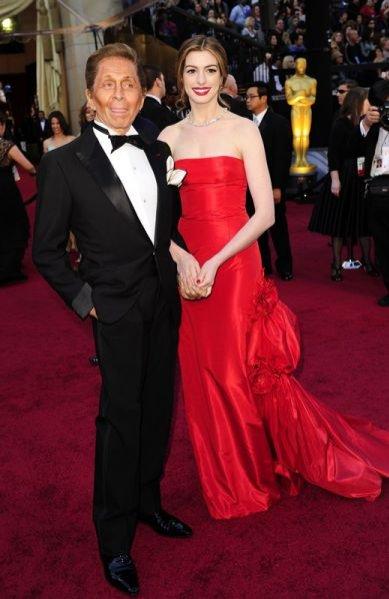 Valentino Garavani i Anne Hathaway w sukni Valentino