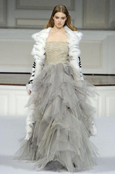 suknia projektu Oscar de la Renta z kolekcji jesień-zima 2011/12
