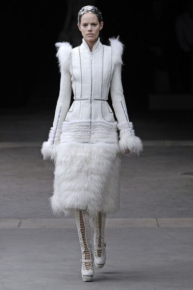 Pokaz kolekcji Alexander McQueen jesień zima 2011
