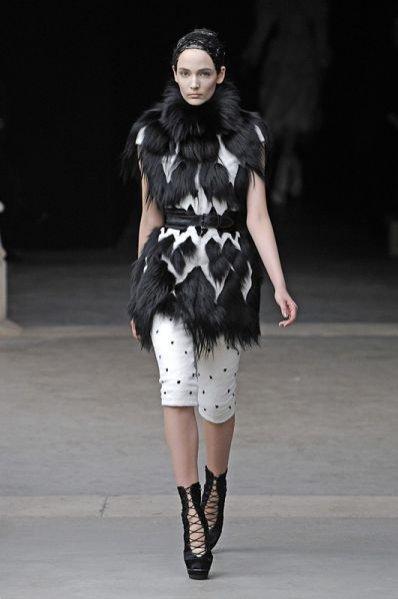 Modelka Zuzanna Bijoch na pokazie Alexander McQueen jesień-zima 2011/12