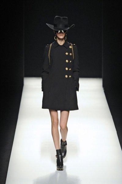 Pokaz damskiej kolekcji Moschino jesień zima 2012/13