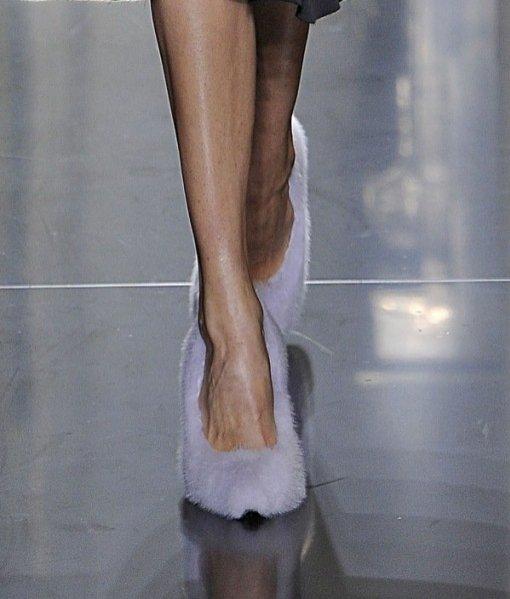 buty wykończone futrem z norek na pokazie Celine wiosna lato 2013