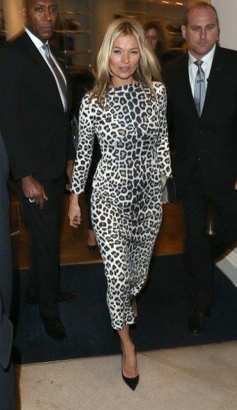 Kate Moss w cętkowanej kreacji Marc Jacobs podczas promocji książki