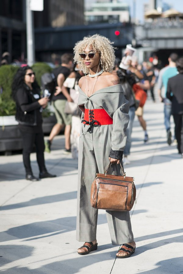 Odkryte ramiona - moda uliczna