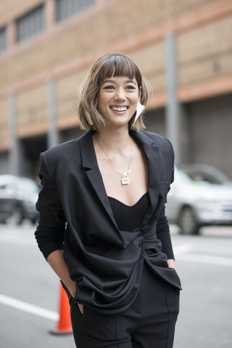 Krótka fryzura damska - moda uliczna 2019