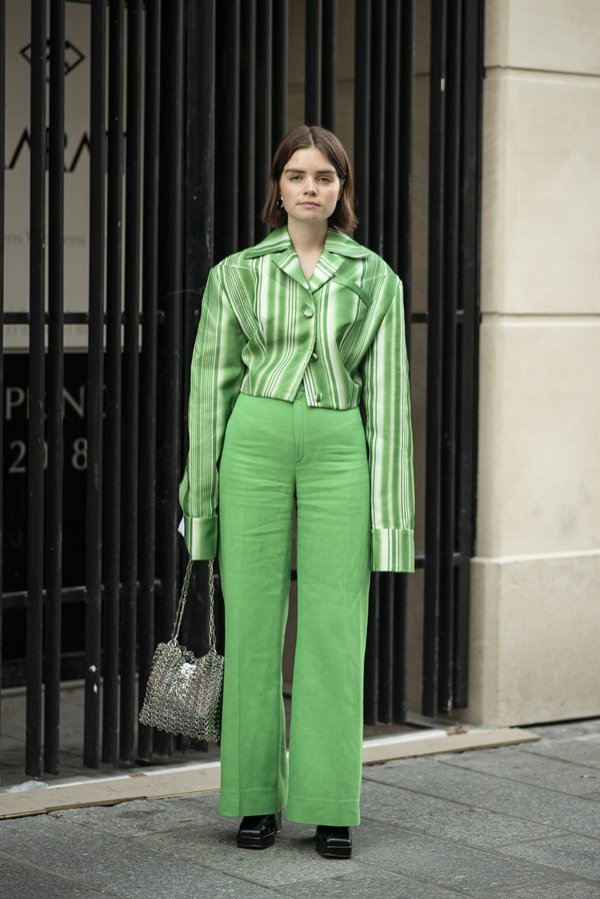 Zielone spodnie + marynarka w paski - moda uliczna wiosna lato 2019