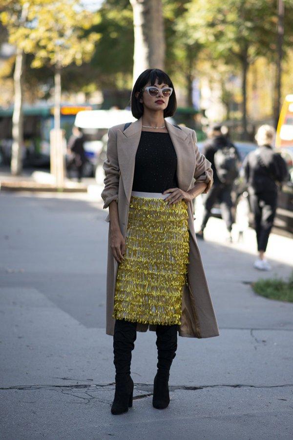 Złota, ołówkowa spódnica - moda uliczna, wiosna lato 2019