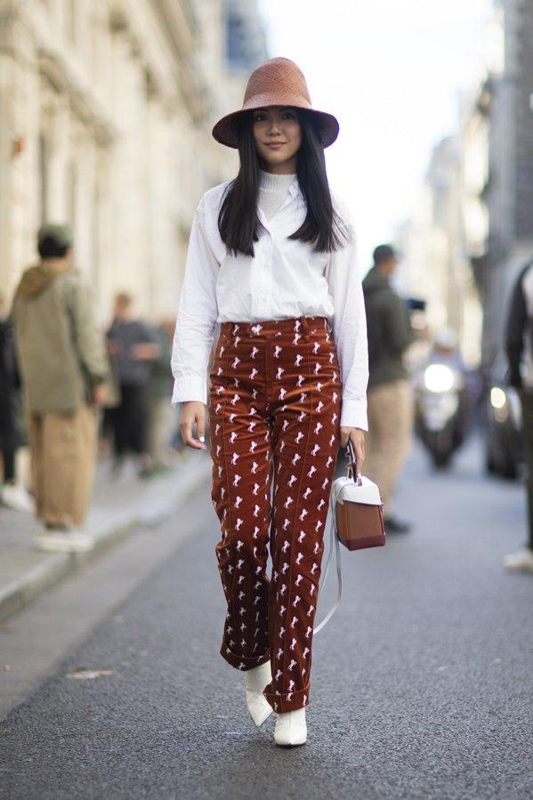 Białe botki + wzorzyste spodnie - moda uliczna wiosna lato 2019