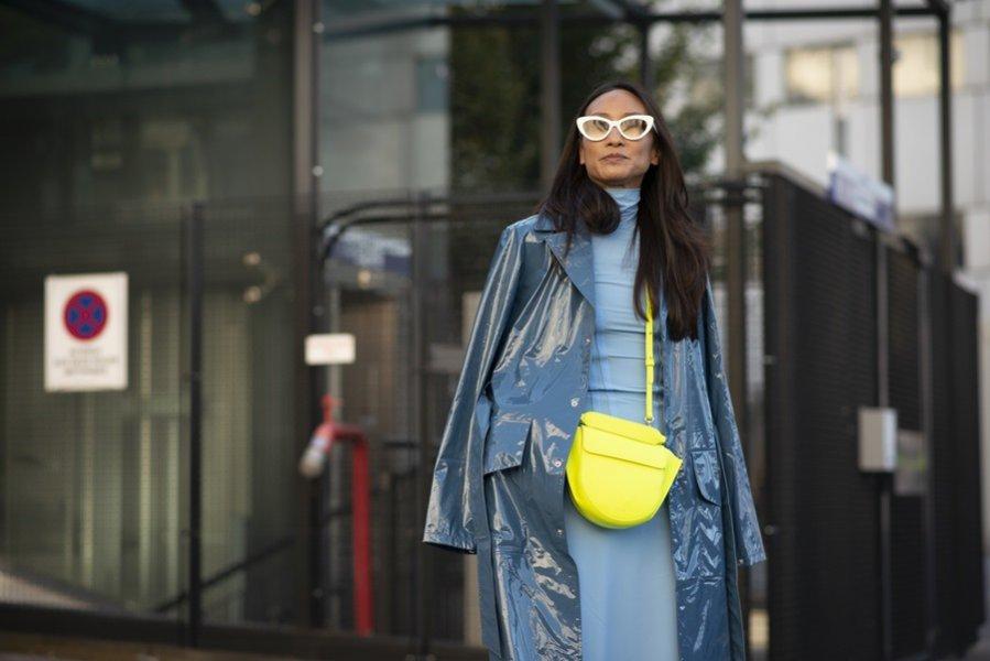 Fluorescencyjna torebka na pasku - moda uliczna wiosna lato 2019