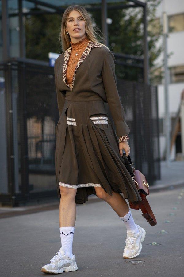 Ugly shoes + zielona sukienka - moda uliczna wiosna lato 2019