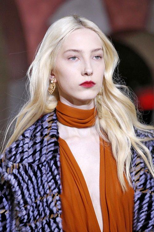 Rozpuszczone włosy blond - Oscar de la Renta, trendy jesień zima 2019/20