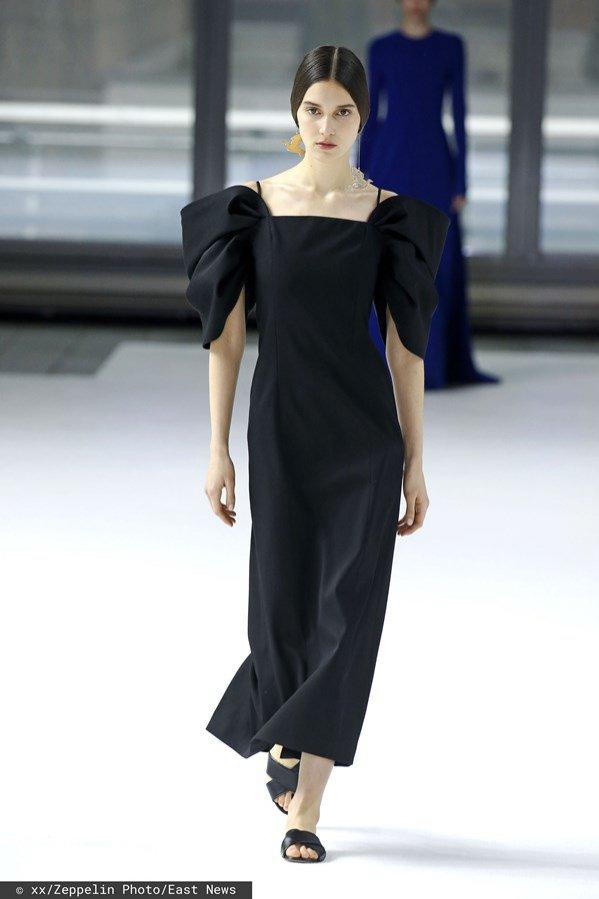 Carolina Herrera: czarna sukienka z bufkami, jesień zima 2020/21
