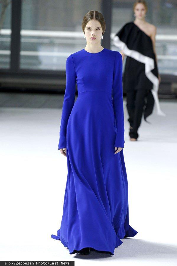 Carolina Herrera jesień zima 2020/21: kobaltowa sukienka