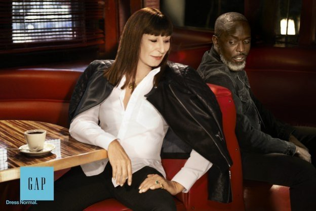 "Michael K. Williams i Anjelica Huston, GAP - jesienna kampania ""Dress Normal"
