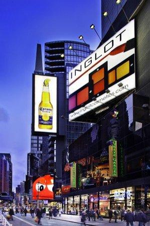 Nowy billboard Inglot na nowojorskim Times Square