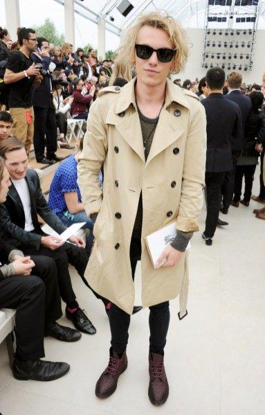 Jamie Capmbell Bower w płaszczu Burberry Prorsum z kolekcji wiosna lato 2014