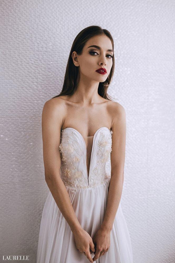 Suknia ślubna z głębokim dekoltem Laurelle