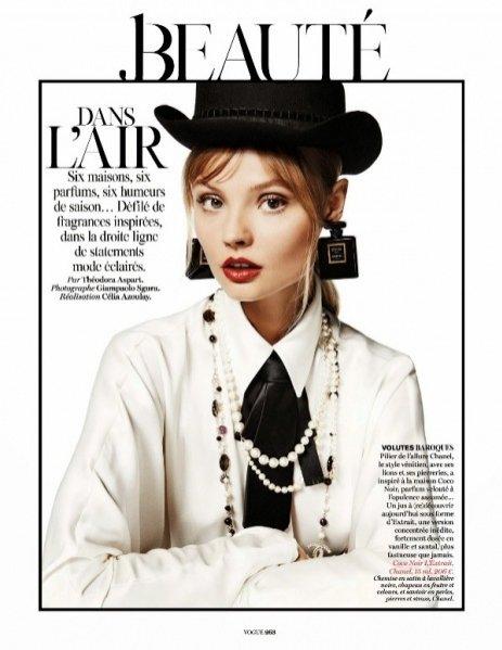 """1. Magdalena Frąckowiak i zapach Coco Noir od Chanel w sesji """"Dans L'Air"""" dla wrześniowego Vogue Paris"""