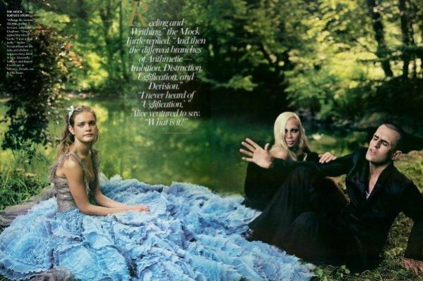 Natalia Vodianova jako Alicja w krainie czarów w grudniowym numerze Vogue US 2003
