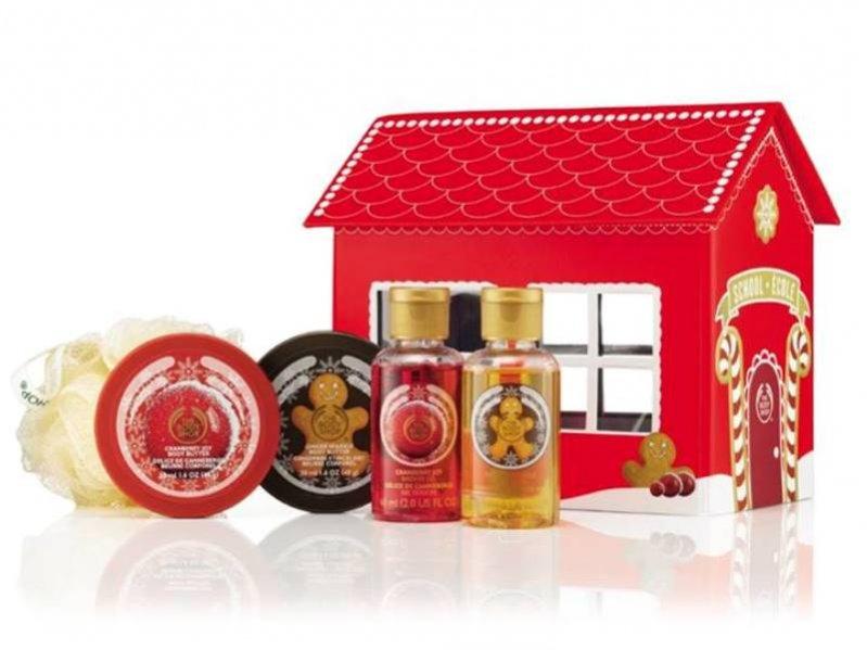 Świąteczny zestaw The Body Shop - dwa masełka do ciała, dwa żele pod prysznic i myjka