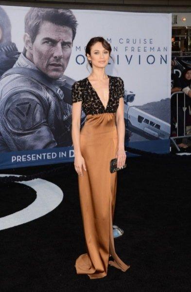 Olga Kurylenko na premierze filmu Oblivion w sukni Burberry