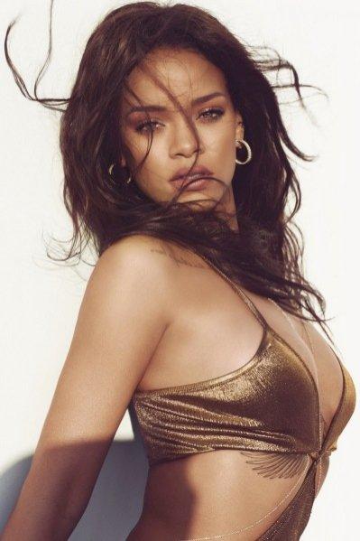 1. Rihanna wśród rekinów w sesji dla marcowego Harper's Bazaar US