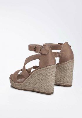 Modne buty na koturnie w letnich stylizacjach