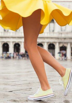 Odkryj nogi na lato! Podpowiadamy, jak nosić szorty i mini sukienki