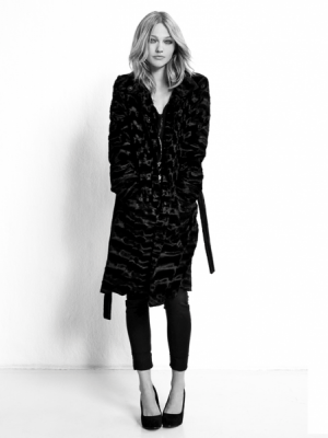 BLACK IS BACK – SASHA PIVOVAROVA W KAMPANII DLA RESERVED