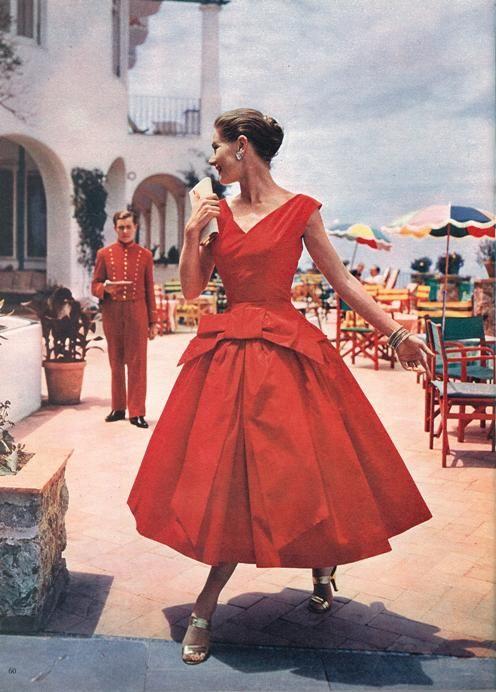 """d4fcaf1f76 Wystarczy przypomnieć sobie stylizacje Audrey Hepburn z kultowego filmu  """"Śniadanie u Tifanny ego""""."""